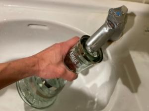 ボトルに水を入れている画像